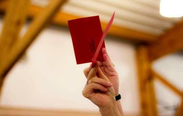 Votando en el Sínodo de la Iglesia Protestante Unida de Francia. ,voto