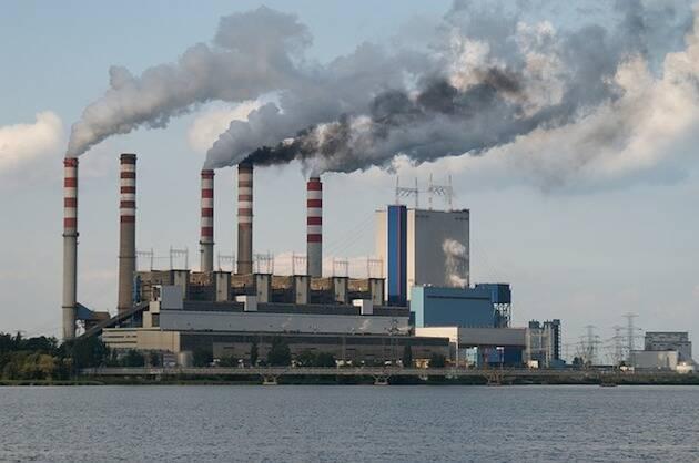 Emisiones desde una planta eléctrica.,