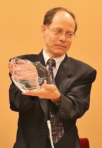 Pablo Martínez, con el Premio Personalidad del Año. / MGala