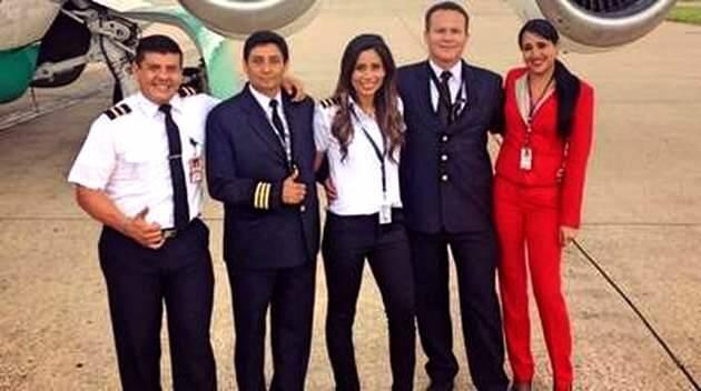 Sissy Arias, en el centro de la imagen, con el resto de la tripulación antes de tomar el avión siniestrado,Sissy Arias