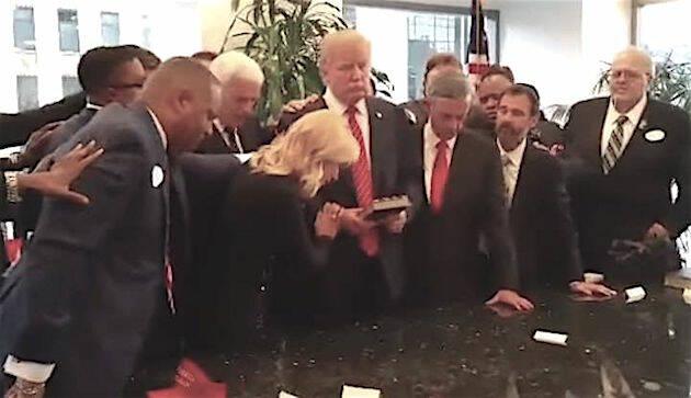 Paula White y otros pastores oran por Donal Trump, durante la campaña republicana, en septiembre de 2015. / Religion News,paula white trump