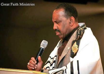 Wayne T. Jackson, predicando con su atuendo habitual.