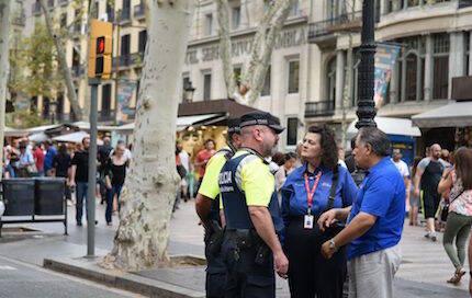 Algunos capellanes, conversando con policías. / Billy Graham Association