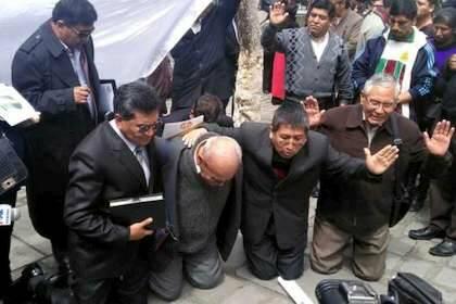 Los pastores bolivianos, orando ante la Asamblea