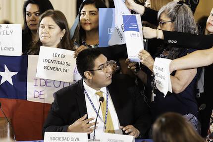 Christian Rosas de Perú. Algunas manifestantes se presentaron detrás durante su ponencia. / Nelson Rodriguez,OAS