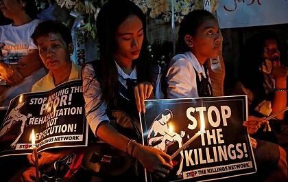 Personas protestando depués del asesinato de un estudiante de 17 años, consecuencia de la escaldada de violencia por la campaña de Duterte contra las drogas. / Dondi Tawatao, Humans Rights Watch