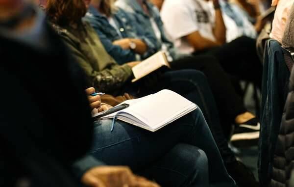 Nicole Honeywill / Unsplash,alumnos estudiando, escuela alumnos