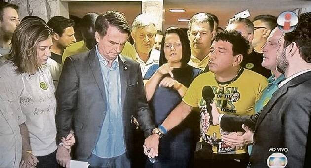 El pastor Malta ora con Jair Bolsonaro.,