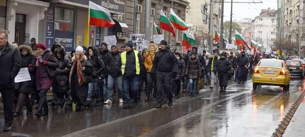 Manifestantes cristianos protestando contra la Ley de Denominaciones Religiosas bajo la lluvia, en Sofia, el 18 de noviembre. / Vlady Raichinov,