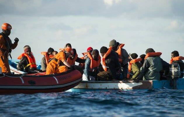 Miembros de la ONG Sea Eye reparten chalecos salvavidas y verifican el estado de la embarcación en una operación de rescate. Fuente: Alexander Draheim, sea-eye.org,