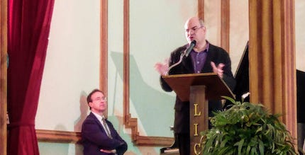 José de Segovia, exponiendo una breve conferencia sobre los efectos de la Reforma en la sociedad. / MGala