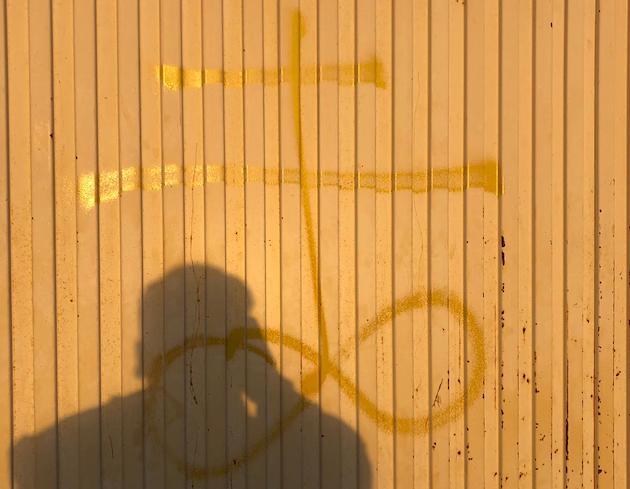 La pintada que apareció en la fachada de la iglesia Río de Vida en Alicante. / Samuel Justo,