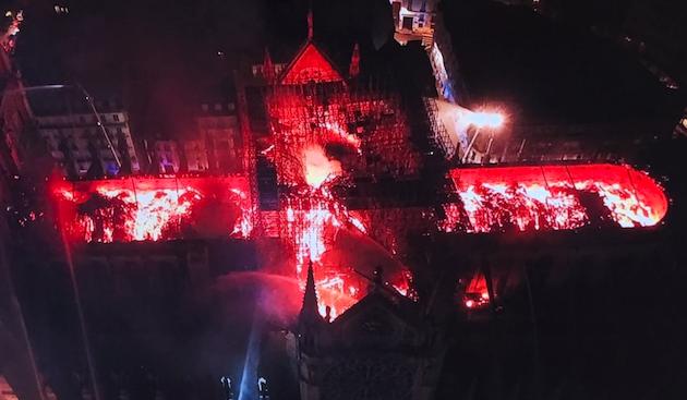 Imagen de un dron de la policía francesa que muestra el incendio en el tejado de la catedral, la noche del lunes.,