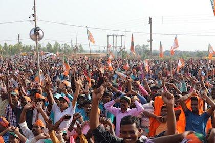 Votantes del BJP, el partido del primer ministro Narendra Modi, durante un acto de campaña. / Twitter @BJP4India