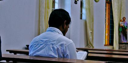 Un cristiano leyendo la Biblia en una iglesia en India. / Puertas Abiertas