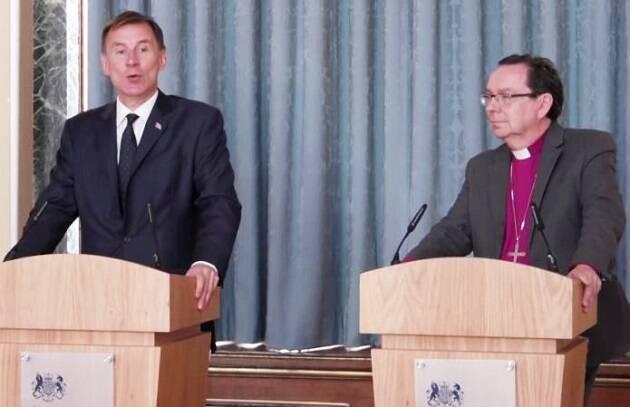 El secretario de Estado de Asuntos Exteriores del Reino Unido, Jeremy Hunt, a la izquierda, y el obispo de Truro, Philip Mounstephen, presentando el informe en una comparecencia ante la prensa. / Youtube,