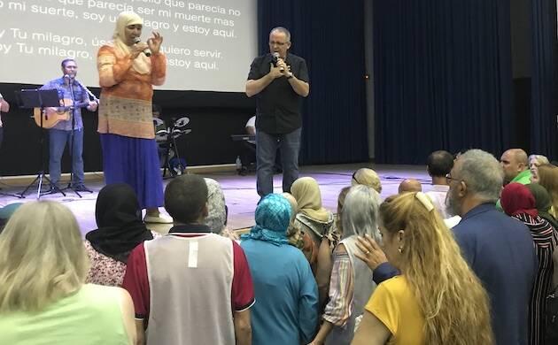 Juan Carlos Escobar, predicando en el acto de campaña evangelística. / FADE,