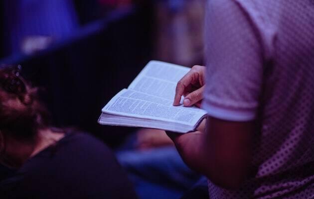 La producción de Biblias, en jaque. / Luis Quintero, Pexels,