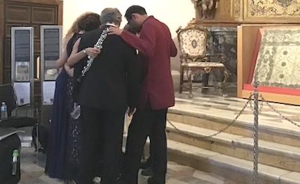 Momentos de oración previos al concierto. / X.M.Suárez