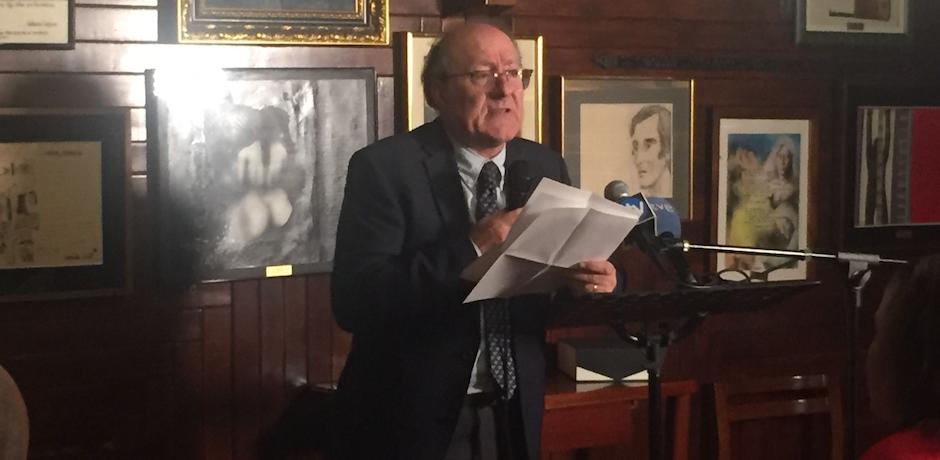 El catedrático José Luis Villacañas pronunciando su discurso después de recoger el Premio Unamuno en el Café Gijón. / Daniel Hofkamp