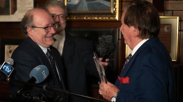 Juan Antonio Monroy entrega el premio./Fundación RZ