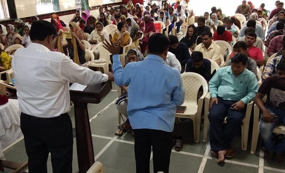 Un momento de oración en una iglesia evangélica en India. / Facebook EFI,