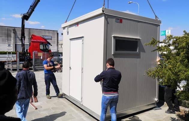 Instalación de duchas en el exterior. / Beth Campo