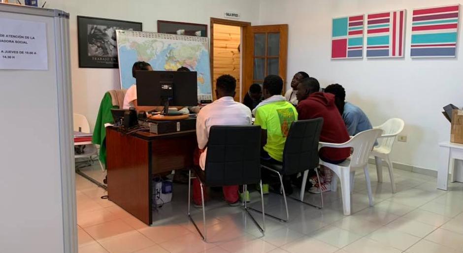 Un grupo de migrantes en la oficina de Misión Cristiana Moderna el pasado mes de febrero. / Facebook Misión Cristiana Moderna,