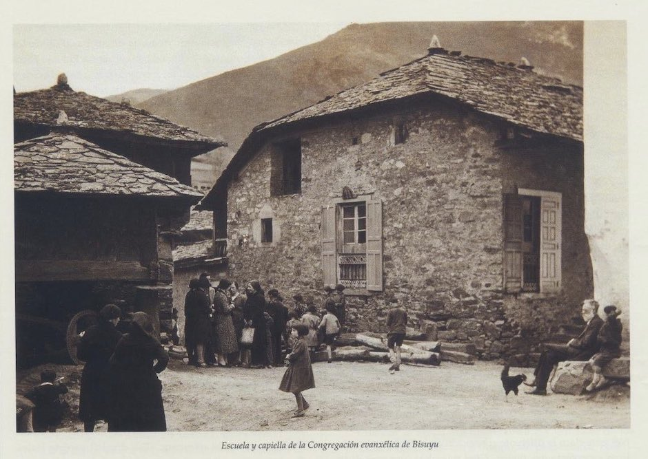 La capilla de Besullo. En la foto se puede ver a Teodoro Fliedner (hijo de Federico Fliedner) sentado. / Archivo José Luis Fernández,