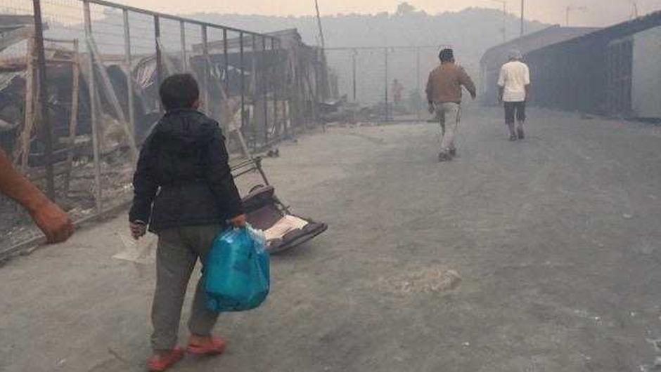 Las 13.000 personas que vivían en el campo han sido evacuadas y ahora se encuentran en una carretera, esperando un lugar en el que quedarse de forma temporal. / Remar,