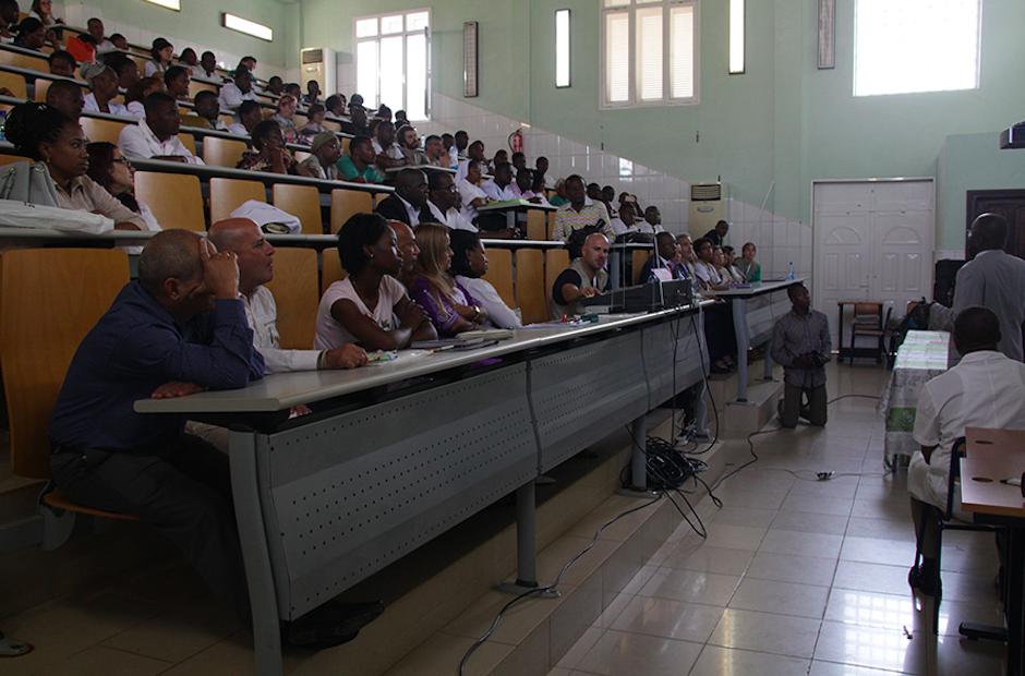 Uno de los momentos del último Congreso de Ciencias Médicas y de la Salud que la ONG +Q Salud celebró en Guinea Ecuatorial, en 2018, con cientos de participantes. / Jonatán Soriano, +Q Salud,