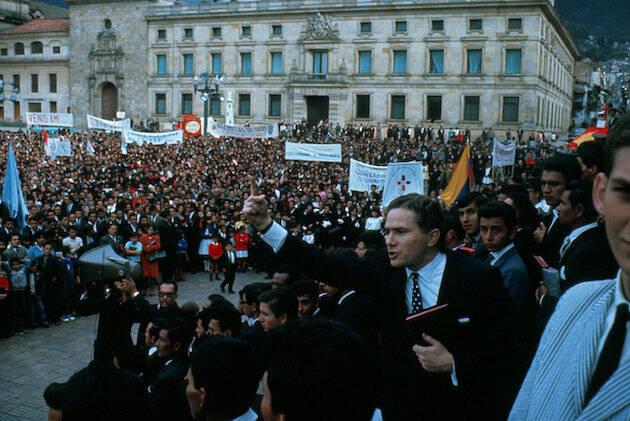Palau, predicando en Plaza Bolívar, en Bogotá, año 1996. / Palau.org
