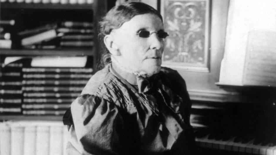 Fanny Crosby fotografiada en 1906 por W. J. Searle. / Librería del Congreso de los Estados Unidos, Wikimedia Commons,