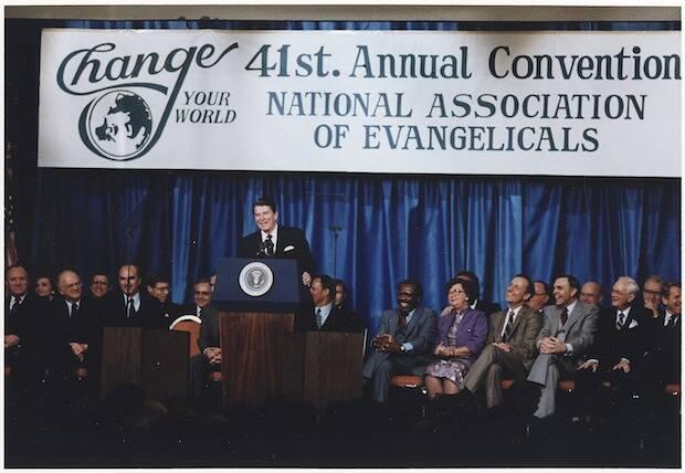 Los evangélicos entran en política con el presidente Reagan (1981-1989) por su alianza con la Mayoría Moral (1979-1989) del predicador bautista Jerry Falwell.