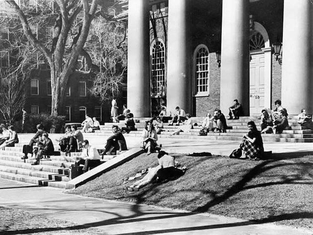 Stott observó que como las familias evangélicas americanas evitaban enviar sus hijos a las universidades seculares, había pocos estudiantes cristianos en los principales centros académicos de influencia.