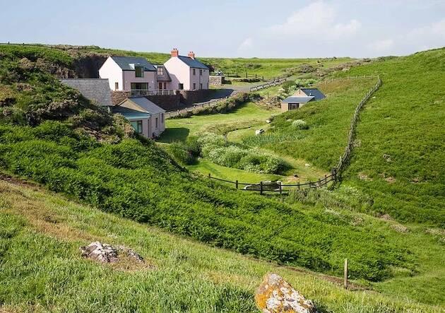 Stott encontró un lugar en los años 50 donde retirarse a leer, meditar y escribir, o simplemente mirar los pájaros, el resto de su vida en la costa noroeste de Gales.