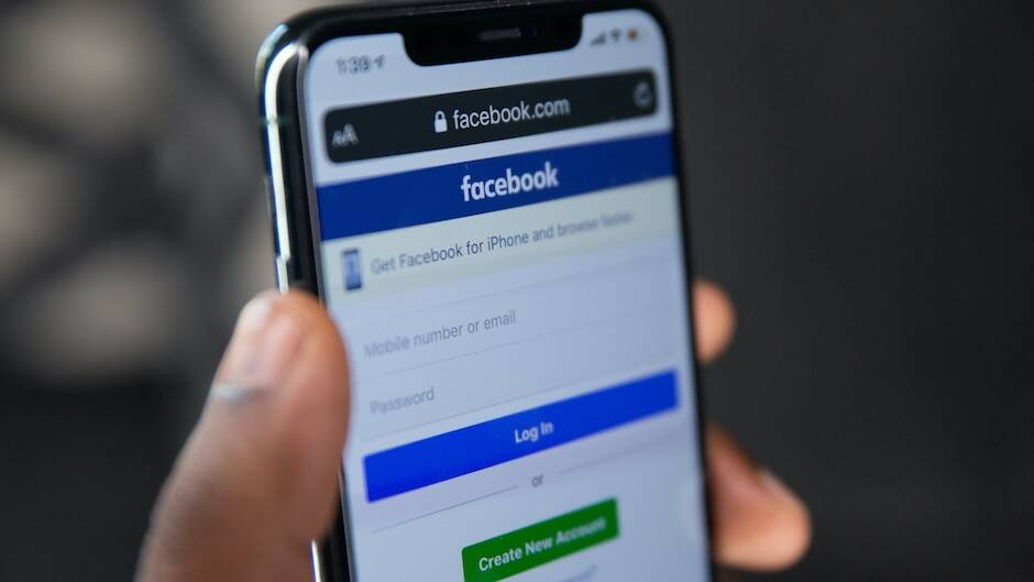 """Diecinueve de las 20 principales páginas de Facebook para cristianos estadounidenses fueronadministradas por granjas de troles en 2019. / <a target=""""_blank"""" href=""""https://unsplash.com/@solenfeyissa?utm_source=unsplash&utm_medium=referral&utm_content=creditCopyText"""">Solen Feyissa</a>, Unsplash.,"""