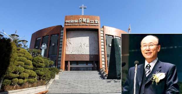 Yonggi Cho, ante la Iglesia del Evangelio Completo de Yoido en Seúl,